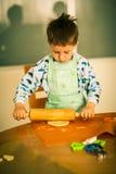 小的男孩烘烤曲奇饼 免版税库存照片