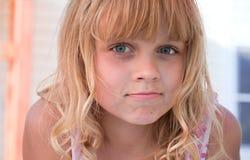 小的白肤金发的美丽的女孩纵向 库存照片