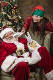 小的矮子和圣诞老人 免版税库存图片
