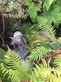 小的神仙的雕塑在庭院里 免版税库存图片