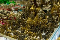 小的纪念品和小雕象,在街道上的市场 柬埔寨,金边 免版税库存照片