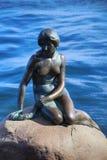 小的美人鱼哥本哈根,丹麦的雕塑 免版税库存图片