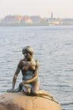 小的美人鱼在著名哥本哈根 免版税库存图片
