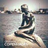 小的美人鱼是一个古铜色雕象由Edvard Eriksen,描述美人鱼 雕塑在岩石被显示由watersid 免版税库存图片