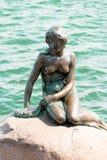 小的美人鱼是一个古铜色雕象由Edvard Eriksen, depicti 库存照片