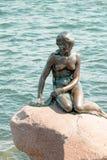 小的美人鱼是一个古铜色雕象由Edvard Eriksen, depicti 免版税库存照片