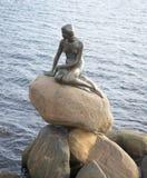 小的美人鱼特写镜头的雕塑 哥本哈根 免版税库存照片