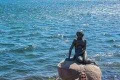 小的美人鱼的纪念碑在哥本哈根,丹麦 图库摄影