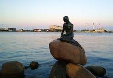 小的美人鱼的著名雕象在江边的在哥本哈根 库存图片