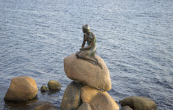 小的美人鱼的雕塑,秋天晚上 哥本哈根丹麦 库存图片