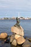小的美人鱼雕象在哥本哈根 免版税库存图片