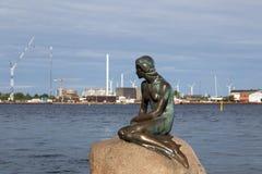 小的美人鱼雕象在哥本哈根 免版税图库摄影