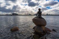 小的美人鱼雕象在哥本哈根 库存图片