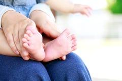 小的脚在母亲` s手上 免版税库存图片