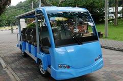 小的蓝色浏览教练公共汽车,新西兰 免版税库存照片