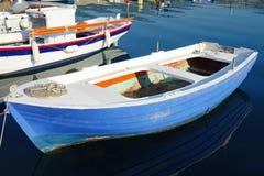 小的蓝色渔船 免版税库存照片