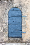 小的被舍入的古老门 免版税库存图片