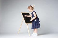 小的逗人喜爱的女孩绘画 库存照片