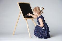 小的逗人喜爱的女孩绘画 免版税库存照片