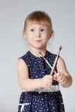 小的逗人喜爱的女孩绘画 库存图片
