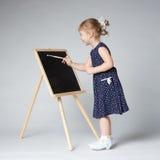 小的逗人喜爱的女孩绘画 免版税库存图片