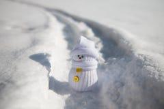 小的雪人在道路站立 库存照片