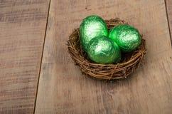小的鸟的嵌套用绿色箔鸡蛋 图库摄影