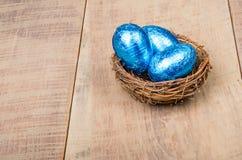 小的鸟的嵌套用蓝色箔鸡蛋 免版税库存图片