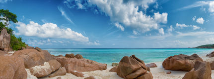 小的anse海滩la digue海岛塞舌尔群岛 免版税库存照片
