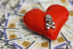 小的DOF 美元,心脏,死亡 概念海盗行为和感觉,婚姻的合同,对金钱的危险爱,可怕 库存照片