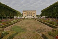 小的Trianon凡尔赛,法国 创立路易斯的Ange雅克加百利XV, 1762 -以庭院为特色的北部前面-射击8月2日 免版税库存图片