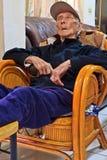 小睡中国的年长的人 库存照片