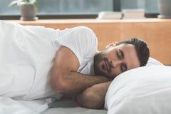 小睡在卧具的镇静人 免版税库存图片