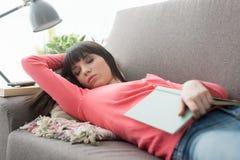 小睡在沙发的妇女 免版税库存照片
