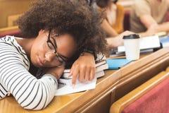 小睡在演讲的疲乏的混血儿女孩 免版税库存照片