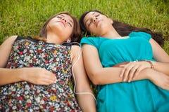 小睡少年的朋友 免版税图库摄影