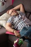 小睡被用尽的爸爸 免版税库存照片