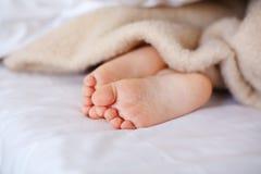小睡觉的孩子的脚 免版税库存照片