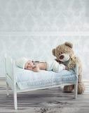 小睡觉的婴孩和玩具熊 免版税库存图片