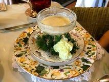 小碗奶油色汤在一张美丽的桌上 库存图片