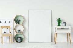小碗柜用仙人掌塑造了灯和decorationsative箱子 免版税库存图片