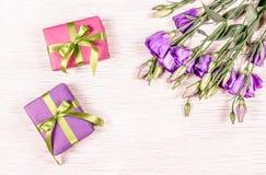 小礼物盒和花 背景配件箱礼品红色丝带阻塞了白色 复制空间 库存照片