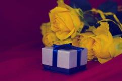 小礼物盒和黄色玫瑰 免版税库存照片