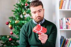 小礼物盒失望的一个人的滑稽的面孔 免版税库存图片