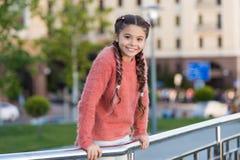 小秀丽 有深色的头发褶的小孩子微笑在偶然时尚样式的 有偶然神色的愉快的小女孩 图库摄影