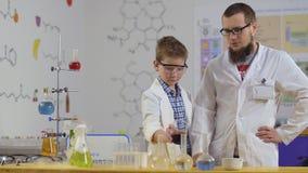小科学家在有助理的实验室做化工实验 股票视频
