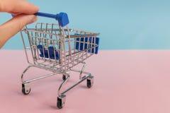 小空的购物车/台车推挤了与两个手指 免版税库存照片