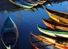 小竹工艺(篮子小船)在金黄lig下 库存照片