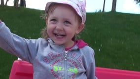 小笑在摇摆的儿童女孩 股票录像