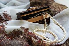 小箱和珍珠项链 库存照片
